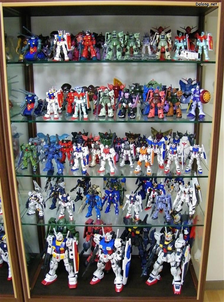 Dall'alto verso il basso, diversi modelli provenienti da differenti saghe di Gundam. In ordine, si parte dai HG, si passa ai MG e infine ai PG.